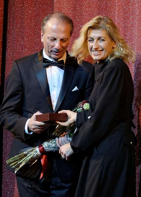 Lithuanian culture minister Liana Ruokytė-Jonsson presents our artist the Honorary Golden Star