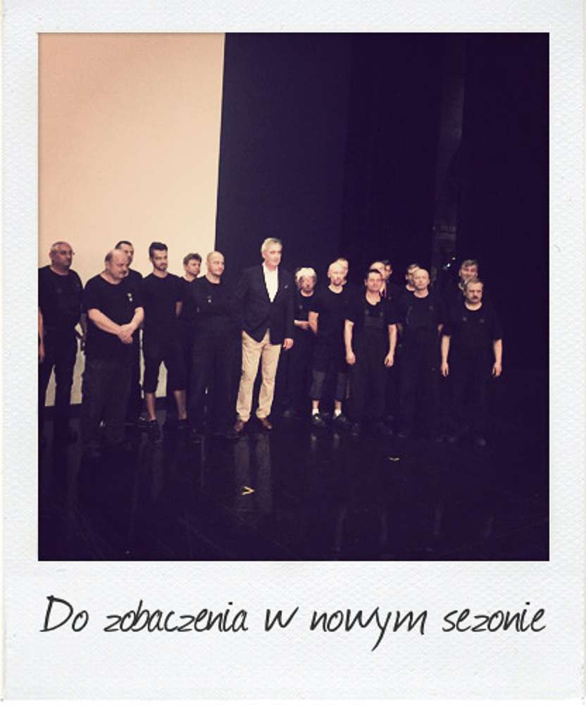 Waldemar Dąbrowski, general director of the Teatr Wielki – Polish National Opera, onstage with the stagehands; photo: Monika Caputa